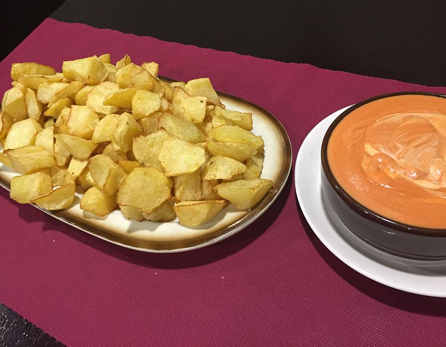 Comer patatas bravas en Pamplona