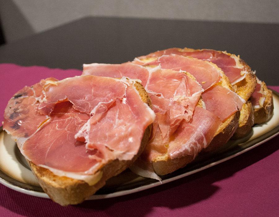Comer tostadas de jamón en Pamplona